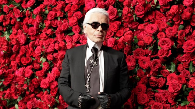 Karl Lagerfeld vor roten Rosen