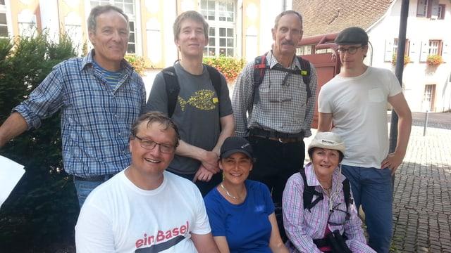 Sieben Wanderer auf einer Bank