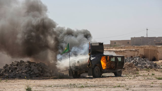 Brennendes Militärfahrzeut.