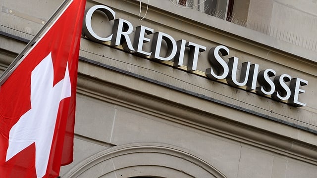 Bandiera svizra ed il num Credit Suisse.