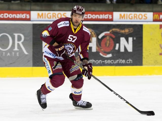 Goran Bezina kurvt mit dem Puck am Stock auf dem Eis umher.