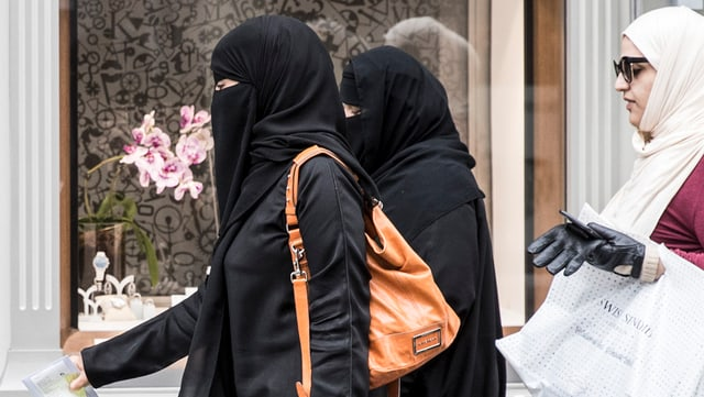 Drei Frauen tragen ein Kopftuch