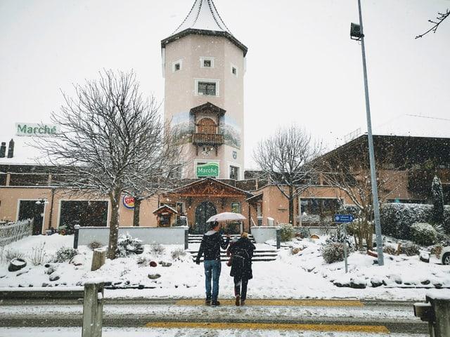 Blers turists fan in paus en il pausadi «Heidiland» avant che turnar en la Bassa.