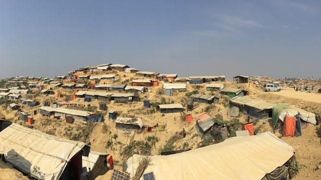 Blick über das Flüchtlingslager. Einfache Unterkünfte aus Bambus und Planen wurden an Hänge gebaut.