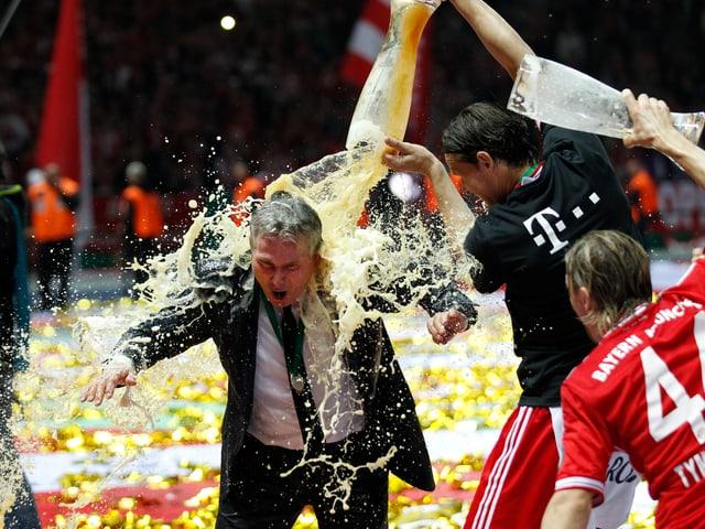 Jupp Heynckes wird von seinen Spielern mit Bier geduscht.
