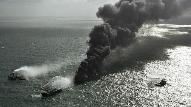 Frachtschiff brennt immer noch