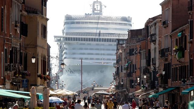 Kreuzfahrtschiff vor Venedig, fotografiert durch eine Gasse.