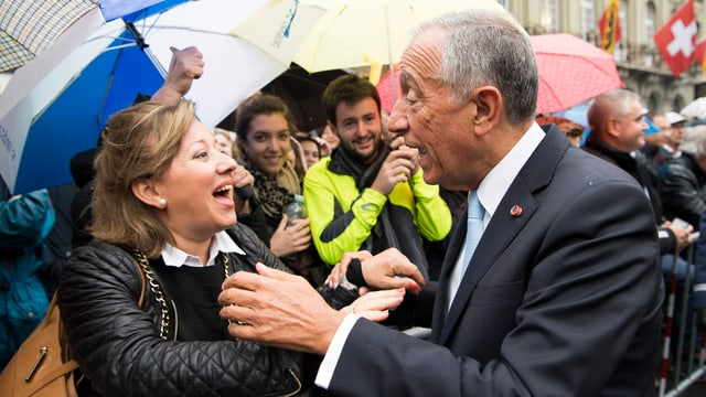 Portugals Präsident spricht auf dem Bundesplatz lachend mit einer Zuschauerin.