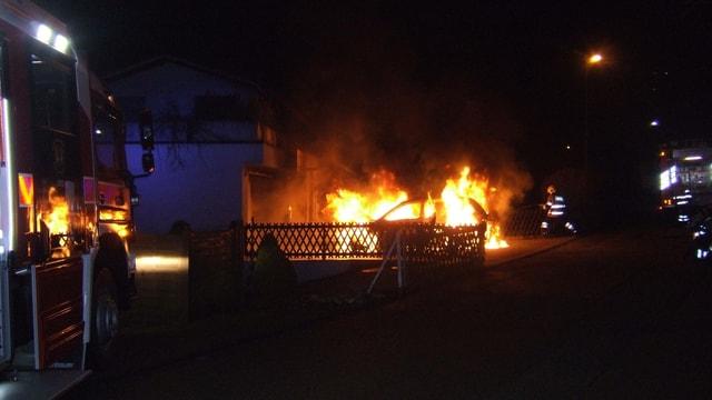 Brennedes Auto, Feuerwehrmann am löschen