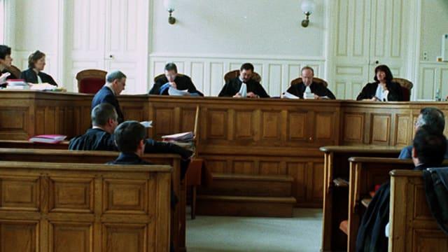 Im Gerichtssaal findet eine Verhandlung statt
