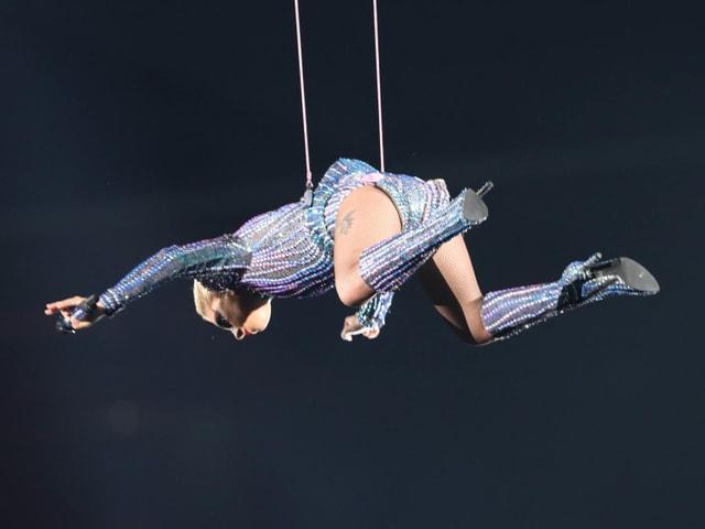 Die Sängerin sprang vom Dach.