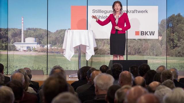 BKW-Chefin Suzanne Thoma erläutert den Rückbau des AKW Mühlebergs.