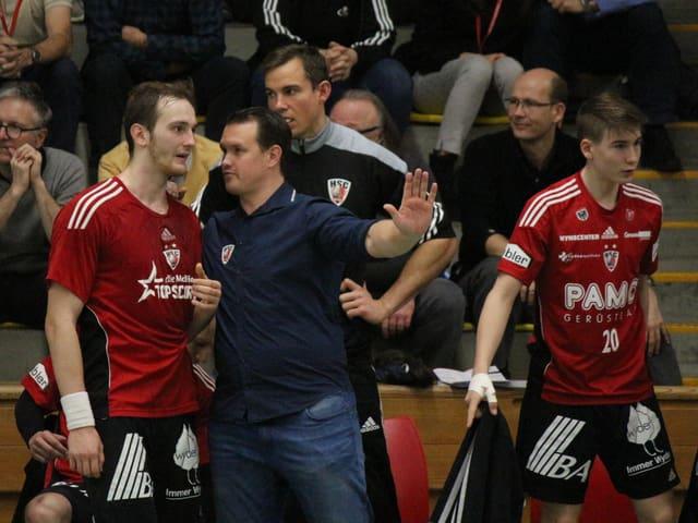 Trainer Misha Kaufmann im Gespräch mit Topscorer Tim Aufdenblatten.