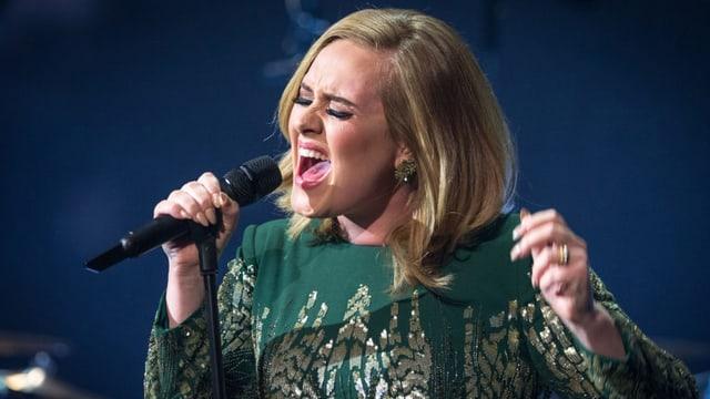 Adele am Singen