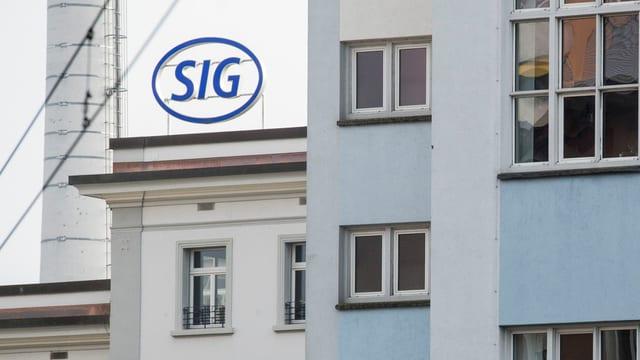 Eine Hausfassade mit dem blauen Schriftzug SIG der Schaffhauser Firma.