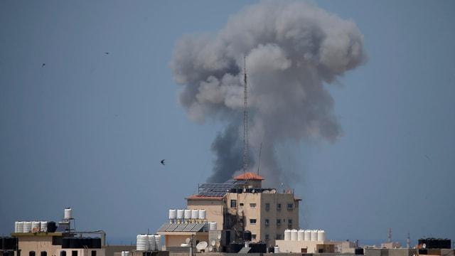 Über Gebäuden im Gazastreifen steigt nach dem Einschlag eines israelischen Geschosses Rauch auf.