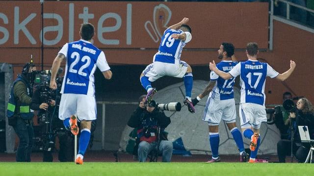 Die Spieler von Real Sociedad freuen sich über den Führungstreffer.