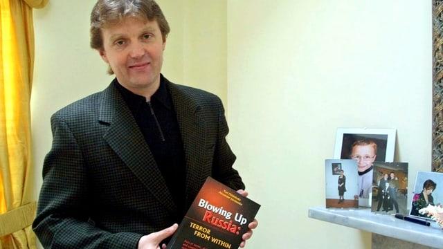 Alexander Litwinenko im Jahr 2002 mit einem Buch in der Hand.