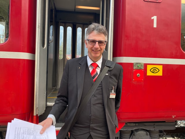 Il conductur Luzi Oberer accumpogna il tren istoric.