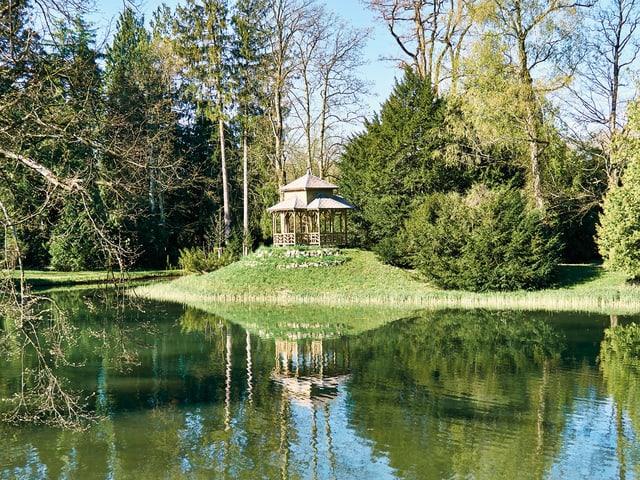 Ein chinesischer Pavillon in einem Garten.