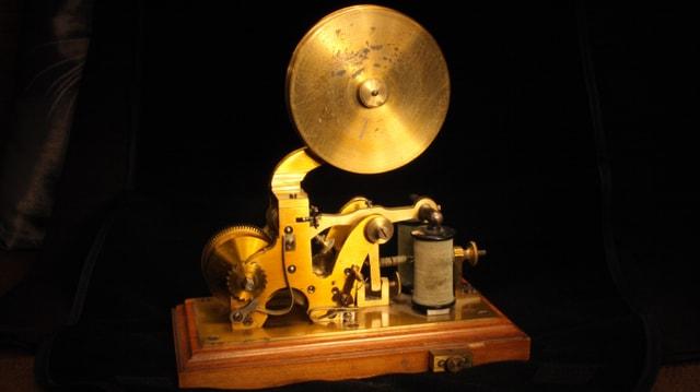 Bild mit einem alten Telegrafenapparat.