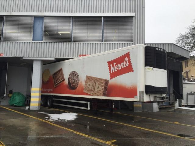 Lastwagen mit dem Logo von Wernli und Bilder von Biscuits