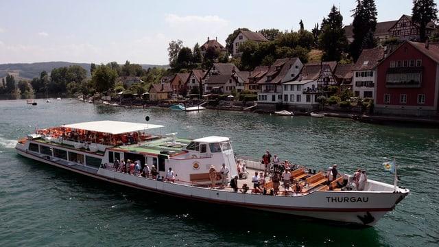 Die MS Thurgau fährt an Stein am Rhein vorbei.