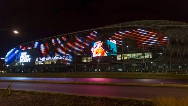 Stadion von aussen in der Nacht beleuchtet.