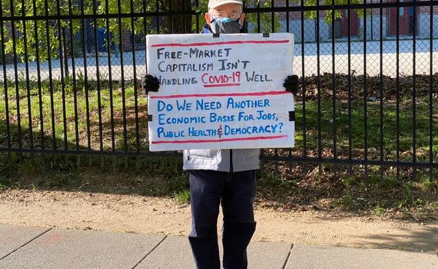 Mann demonstriert gegen Kapitalimus
