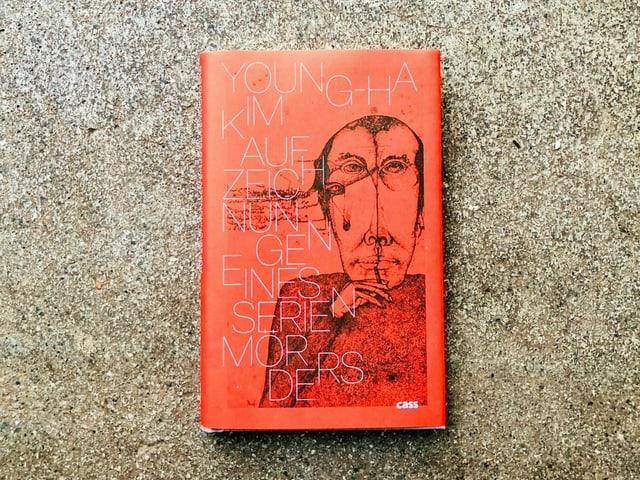 Der Krimi «Aufzeichnungen eines Serienmörders» von Kim Young-Ha liegt auf einem Zementboden