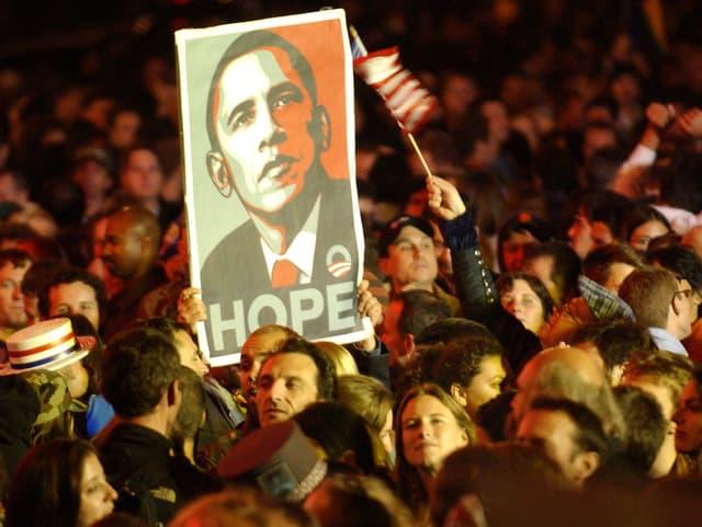 Obama-Anhänger jubeln nach dessen Wahl mit einem Bild von ihm