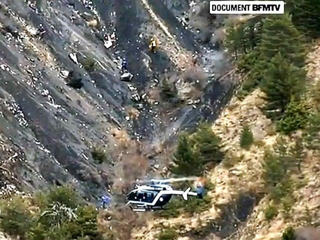 Ein Helikopter fliegt über den Unfallort in den Alpen in Südfrankreich.