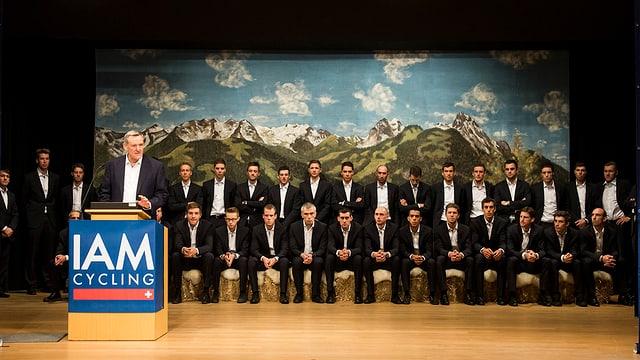 Das Team von IAM posiert vor einer Bergkulisse.