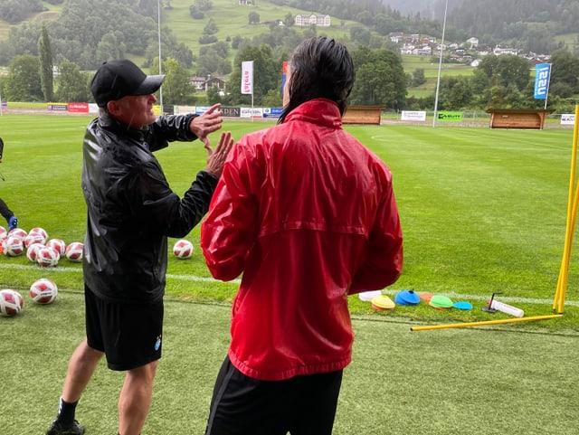 Il trenader da golis Jörg Stiel declera al goli actual in posiziun.