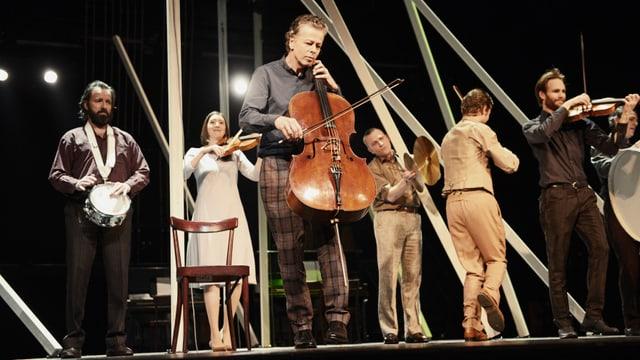 Szenenbild aus dem neuen Stück am Zürcher Schauspielhaus mit Musikern