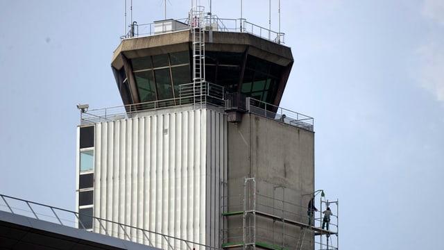 Der Tower des Flughafens Basel-Mulhouse, ein Turm mit vielen Antennen