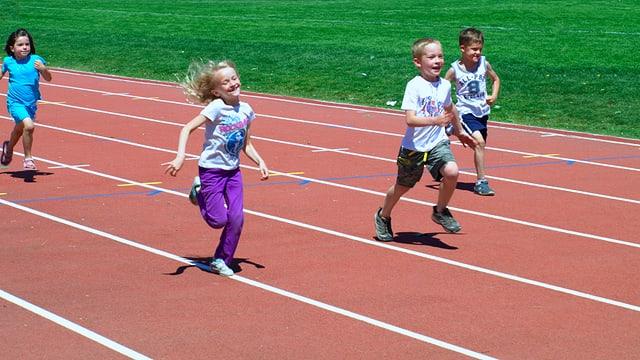 Sportunterricht leistet bei Kindern einen wichtigen Beitrag zur Fitness.