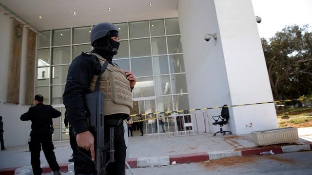 Policist fa guardia avant il museum naziunal a Tunis.