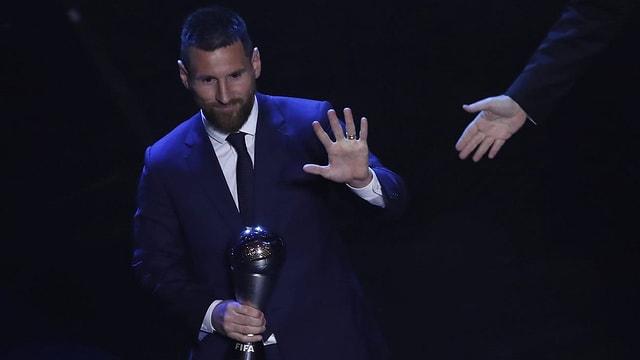 Purtet da Lionel Messi cun il premi enta maun.