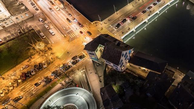 Vogelsicht auf die Zürcher Gemüse-Brücke.