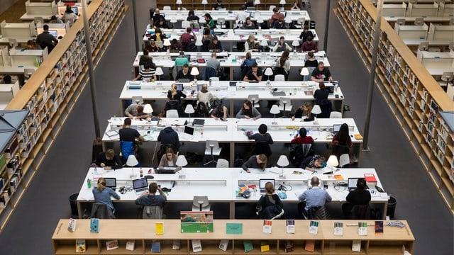Ein Bibliothekssaal der Universität Bern