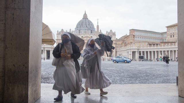 Nonnen in Rom tragen Masken.