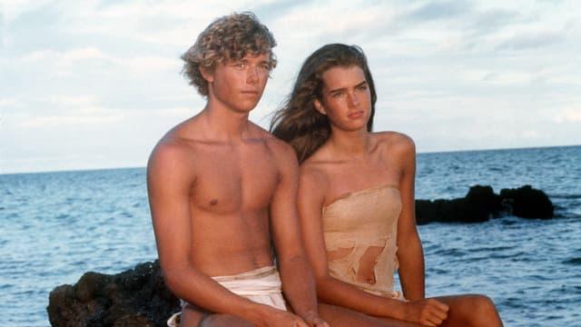 Brooke Shields und Filmpartner Christopher Atkins am Strand