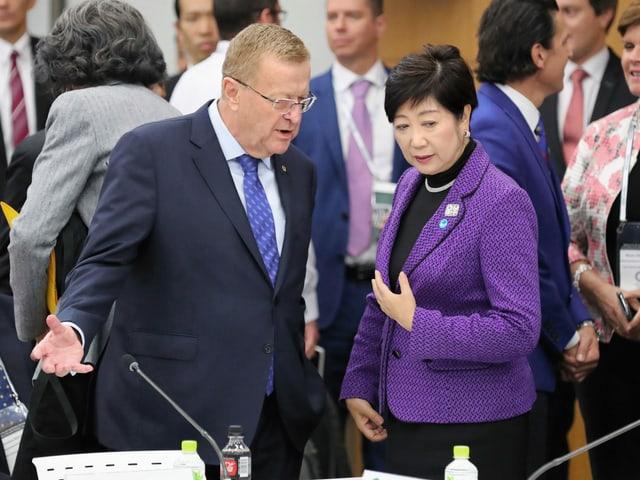 IOC-Vertreter John Coates und Tokios Gouverneurin Yuriko Koike.