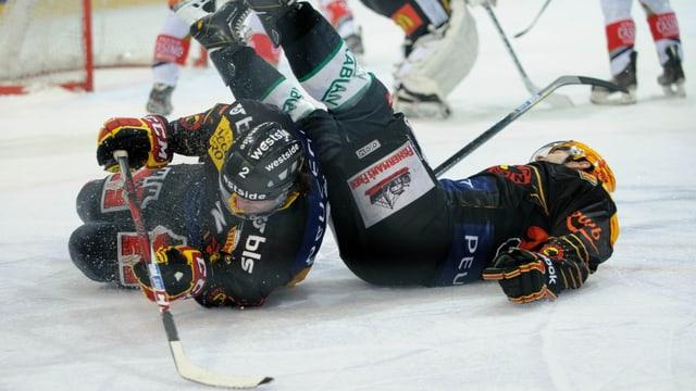 Berns Beat Gerber und Topskorer Byron Ritchie liegen am Boden.