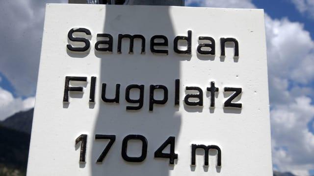 Ein Schild veweist auf den Flugplatz Samedan, 1704 Meter über Meer.