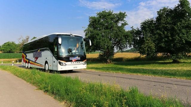 Eurbus fährt durch eine ländliche Gegend der Schweiz. (keystone)