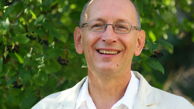Porträt von Stephan Heilmann, der Brille ein weisses Hemd trägt.