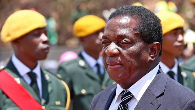 Mnangagwa steht vor Soldaten.
