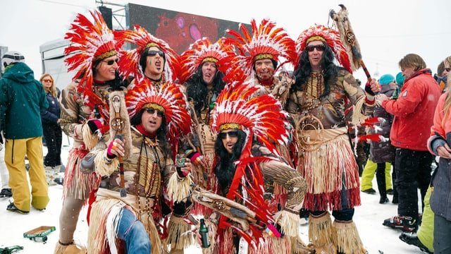 eine Gruppe von Menschen, die als Indianer verkleidet sind